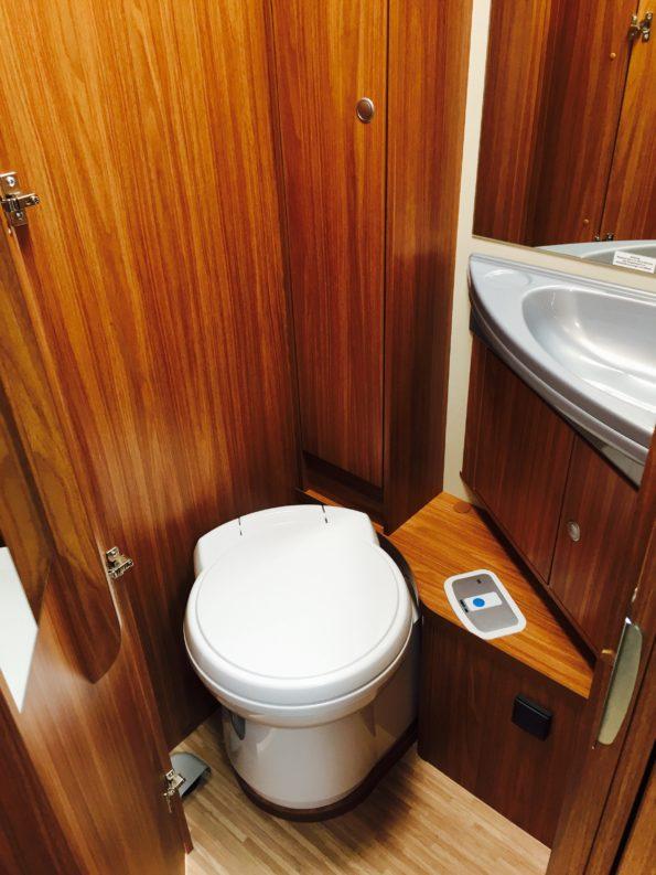 wohnmobil-familie-Toilette Carado T334