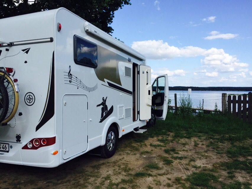 Familie mit Wohnmobil - Parkplatz in Plau am See